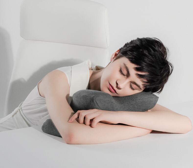 祺加质品办公室午睡枕头趴着睡觉,拥抱式设计午睡不闷热